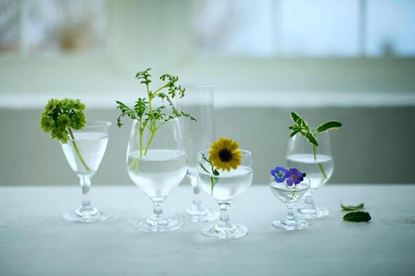 グラスもフラワーベースでおもてなし