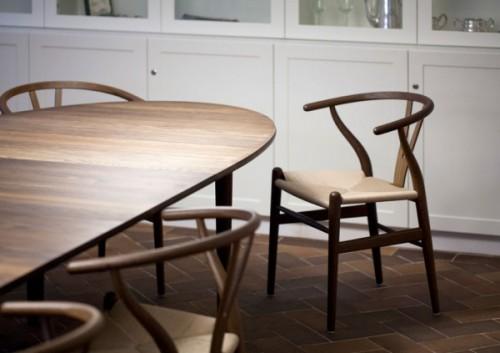 ハンス・J・ウェグナーによるデザインのYチェア。木のぬくもりを感じられる、いかにも北欧らしいチェア。