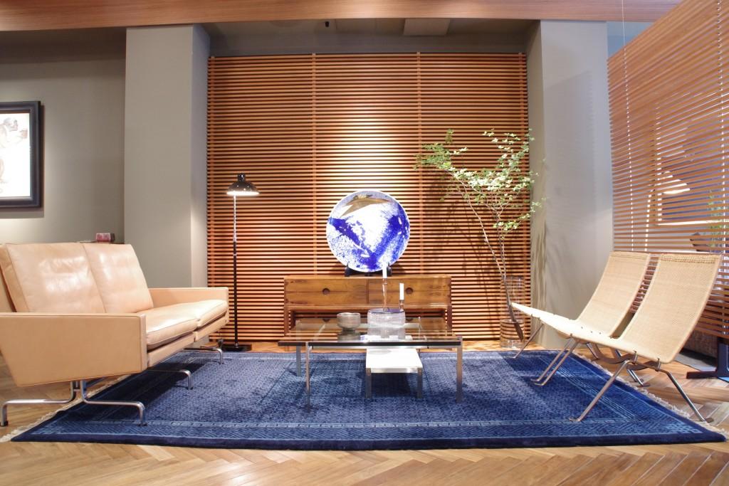 """当店展示中のポール・ケアホルムによるソファ """"PK31""""(写真左)。ラウンジチェア""""PK22""""(写真右)とセンターテーブル""""PK61""""(写真中央)と合わせて展示しております。"""