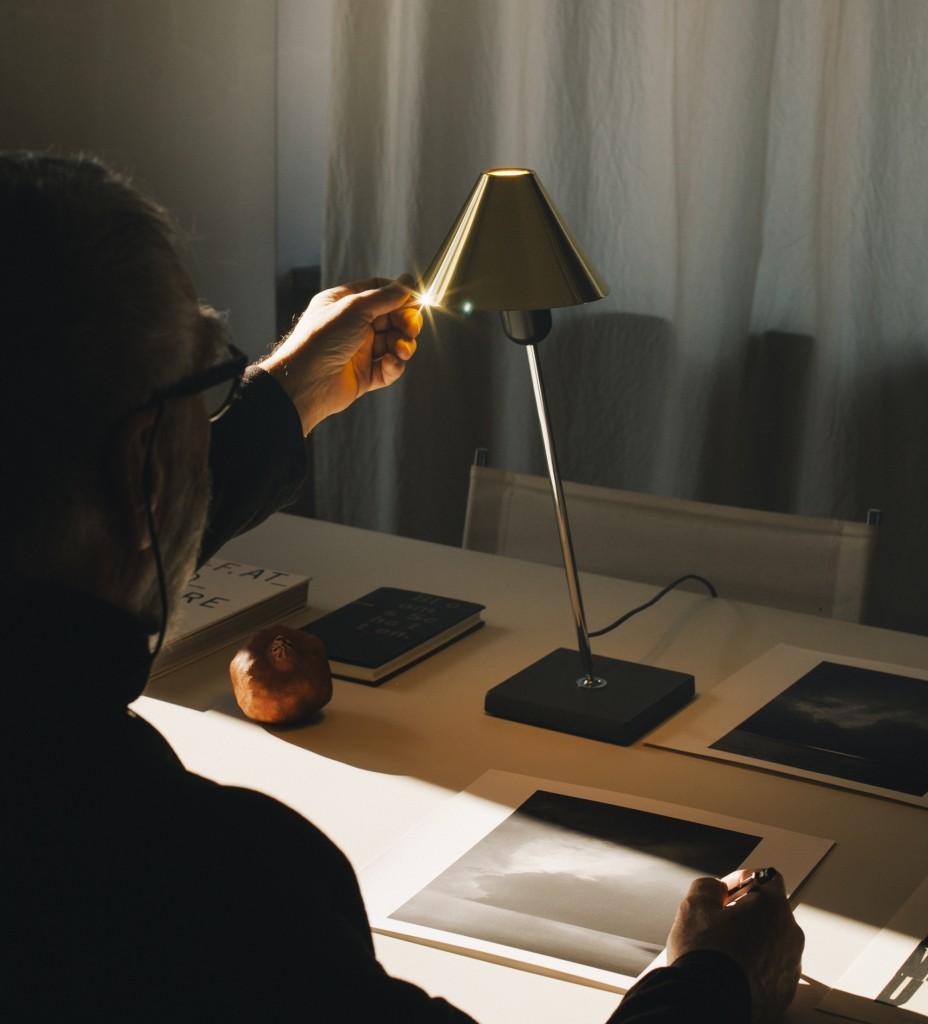 6-Gira-brass-table-lamp-SantaCole-Pic-Iris-Humm_1490616766-O3