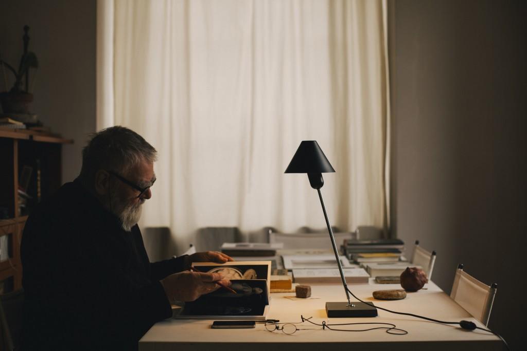7-Gira-black-table-lamp-santacole-Pic-Iris-Humm_1490616969-O3